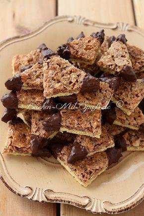 Knusprige Mürbeteig- Kekse mit Konfitüre und karamellisierten Nüssen. Nüsse, Karamell, fruchtige Konfitüre und Mürbeteig passen hervorragend zusammen. Die Nussecken sind...