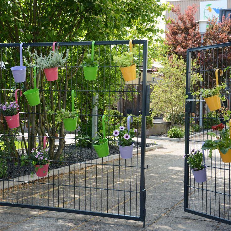 Bunte Blumentopfe Fur Deinen Garten Zum Aufhangen In 4 Sommerlichen Farben Garten Gartendekoration Blumentopf