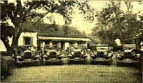 "Seperti inilah agen perjalanan tempo doeloe. Foto ini diambil dari buku panduan wisata th 1918 berjudul ""See Java"". #SurabayaTempoDulu"
