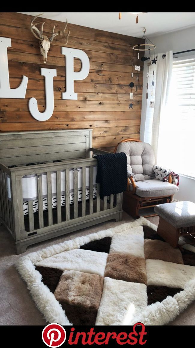 Rustikales Kinderzimmer der Jungen Holz Wand Hirsch Geweih