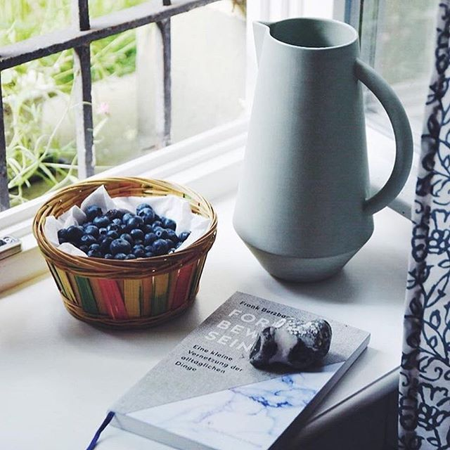 A perfect match 💙 We love the peaceful atmosphere of this photo with our Unison carafe by Antonia from @craftifair! Enjoy this perfect sunny Sunday 🙌🏼 #slowliving #perfectmatch #sundaymood #blueberry #carafe #peaceful #schneidinterior