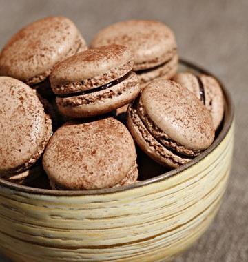 Macarons chocolat framboises - les meilleures recettes de cuisine d'Ôdélices http://www.odelices.com/recette/macarons-chocolat-framboises-r872
