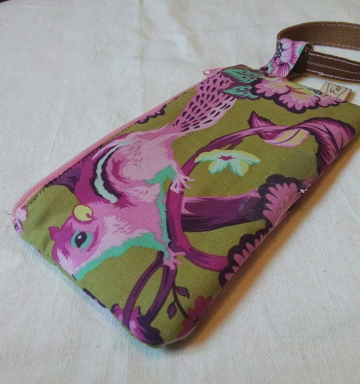 La cover per cellulare realizzata con tessuti Tula Pink è disponibile su Etsy https://www.etsy.com/it/listing/488660830/portacellulare-con-cerniera-tessuti-tula