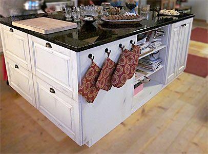 Täyspuinen keittiösaareke tehtiin JUVIn kaappeja yhdistämällä.