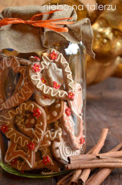 pierniczki choinkowe --> http://niebonatalerzu.blogspot.com/2013/11/pierniczki-na-choinke.html