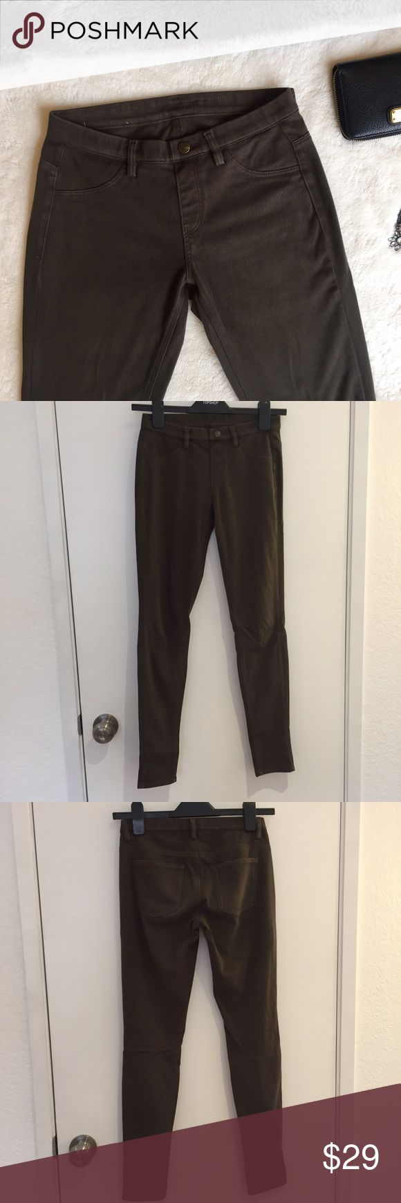 """Uniqlo Legging Pants Stretchy leggings that look like pants. In good condition. Olive green color. The inseam is 28.5"""" and the waist is 12.5"""" but it stretches a bit. Faux button and faux pockets on the front. Actual pockets on the back. Super comfy. Uniqlo Pants Leggings"""
