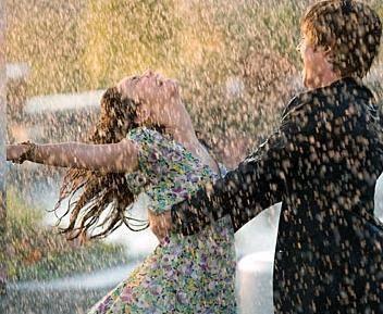 Tudod, mi kéne?  Játszi vidámság:  Szökkenő, csókos öröm.   Hetyke kedvű,  Szelíd vagányság:  Tavaszígéretű szerelem.   Cinkos pillantású,  Könnyűléptű vadság:  Mámorító veszedelem.   Bársony érintésű,  Dédelgető kívánság,  Nekem veled, neked velem.