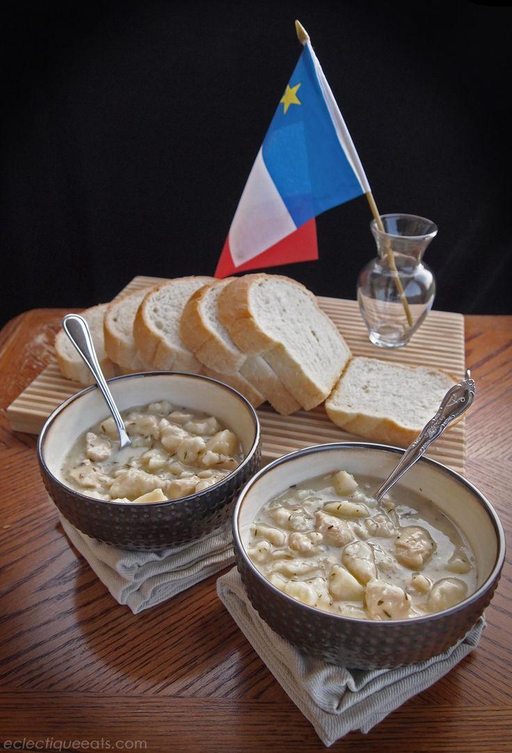 Fricot acadien au poulet. Le fricot est un ragoût copieux contenant des patates, des pâtes et du poulet, assaisonné avec de la sarriette. C'est une recette acadienne traditionnelle.