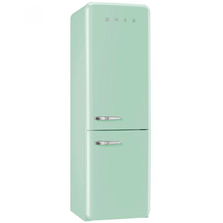 Refrigerador Smeg doble puerta en color verde pastel con diseño de los años 50 nombre de la marca y manijas a contraste. Con estante porta-botellas y cajón de frutas y verduras.