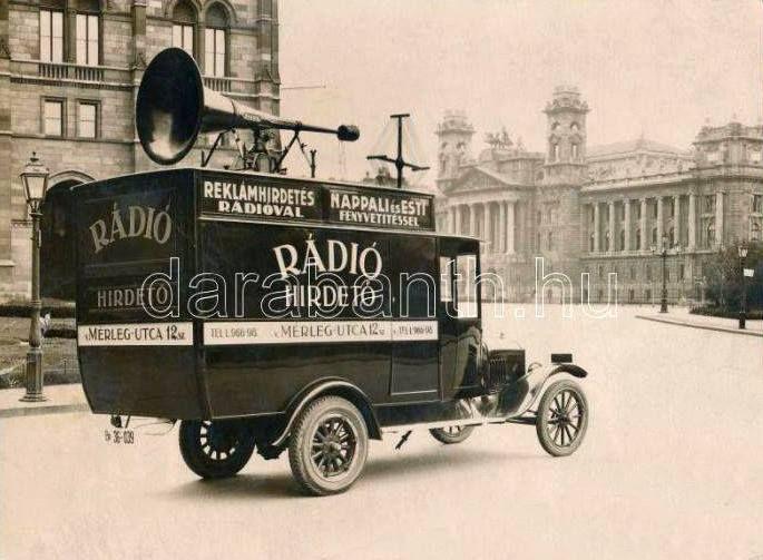 1936. Kossuth tér - Rádiós hirdető kocsi az Országháznál, szemben a Kúria (Néprajzi Múzeum) épülete