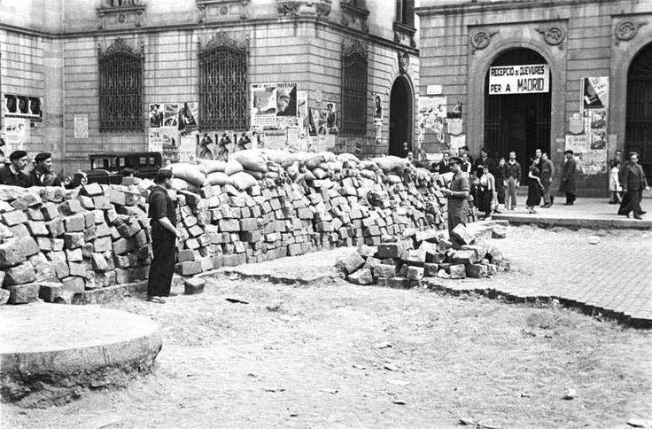 """Barricada en la plaza de Sant Jaume (Barcelona) durante los """"Hechos de mayo"""" de 1937"""