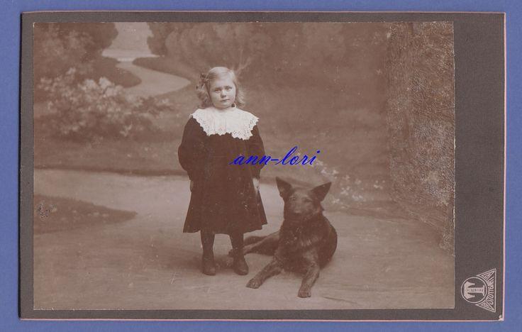 entzückendes kleines Mädchen mit Hund um 1900