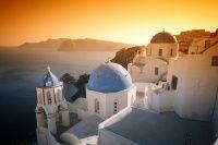 Στην έκτη θέση της λίστας του περιοδικού National Geographic με τα ωραιότερα ηλιοβασιλέματα στον κόσμο βρίσκεται η Οία στη Σαντορίνη.