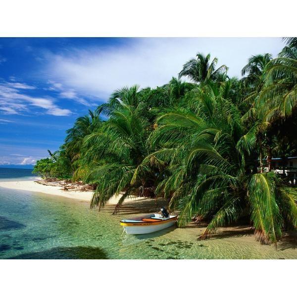 Las playas más bonitas de América |  Playas del Parque Nacional Tayrona, Colombia El Parque Nacional Tayrona se encuentra muy cerca de la ciudad de Santa Marta, en la región de Magdalena. Es una reserva natural a los pies de Sierra Nevada, donde conviven diversos ecosistemas como bosques tropicales, manglares o arrecifes de coral. También habitan múltiples especies de animales, y aves tan escasas como el cóndor o el águila blanca.