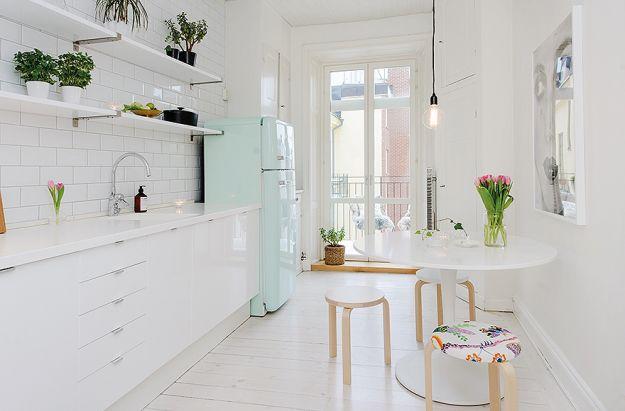 Фотография: Кухня и столовая в стиле Скандинавский, Малогабаритная квартира, Квартира, Цвет в интерьере, Дома и квартиры, Белый, шведский декор, квартира для девушки, скандинавский декор – фото на InMyRoom.ru