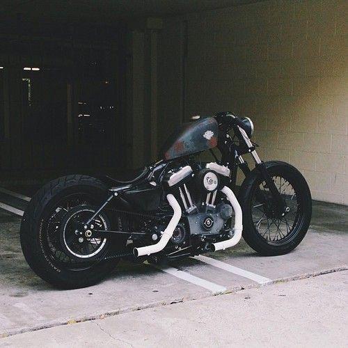 Es una moto negra