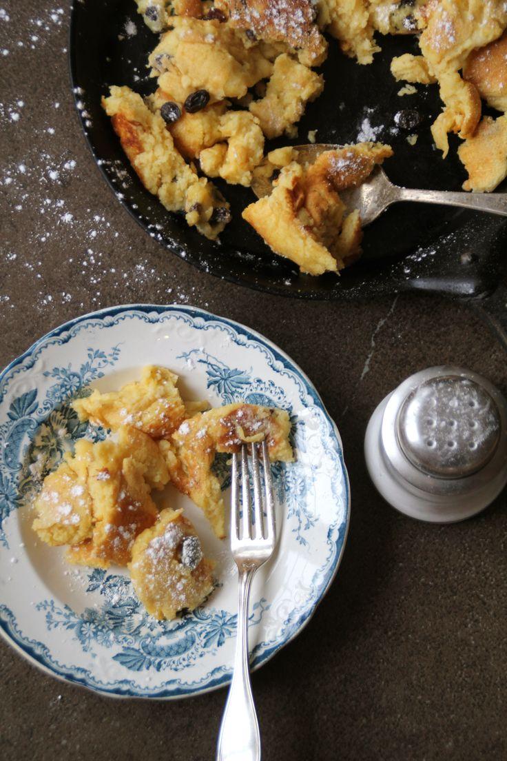 Kaiserschmarrn - en østerrisk pannekake med rosiner, servert med melis drysset over toppen. For denne og andre gode oppskrifter besøk bloggen Mat på Bordet.