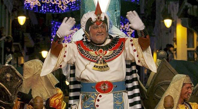 Journalist Pepe Calabuig, dressed as the Ambassador of the Three Kings from the Orient, opens the traditional Three Kings' Parade in Alcoy. Alcoy, 2010 © EFE