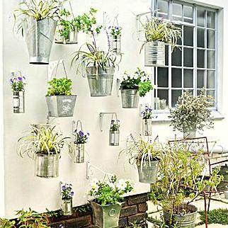 Zinken emmers worden een hangende tuin. Fotografie: Gallo Images/SA…