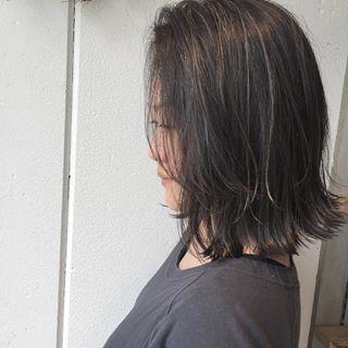 """・ ・ #品のある3Dハイライト ・ ・ 全体に細ーく入れてから濃い#グレージュ をオン。 ・ ・ ハイライトをしっかり目立たせたい場合は、ベースを暗めアッシュにすると派手になり過ぎず""""品""""が出ます。 ・ ・ お店のアカウントもよろしくお願いします。 @micro.hair ・ ・ #Micro #美容院 #newopen #名古屋 #東山公園 #本山 #星ヶ丘 #美容師 #江崎将大 #美容室 #ミクロ #外国人風カラー #ヘアカタログ #ハイライト #イルミナカラー #切りっぱなしボブ #東山線 #サロモ #作品撮り #北欧 #インテリア #ウェグナー #シバスト #ルイスポールセン #フィンユール"""