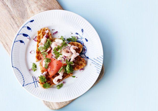 Kartoffelvafler med røget laks er en skøn forret, men kan også sagtens serveres på frokostbordet til diverse anledninger. Bunden af kartofler minder om røsti, men de er meget nemmere at lave i et vaffeljern, og her får de også den helt rigtige sprødhed.