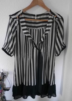 A vendre sur #vintedfrance ! http://www.vinted.fr/mode-femmes/tuniques/14768472-jolie-tunique-rayee-noir-et-blanc-next