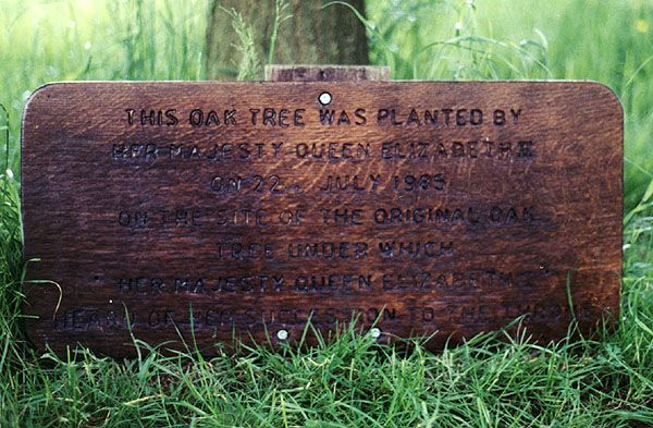 Sign under the oak tree planted by Elizabeth II on the spot of the original oak (at Hatfield House) that Elizabeth I was sitting under when she was told she had become Queen