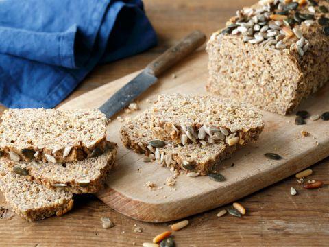 So schnell gemacht wie kaum ein anderes Brot und dann auch noch Low Carb: Das Eiweißbrot ist nicht nur gesund, sondern schmeckt richtig lecker und macht satt.