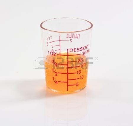 Foto de archivo - Un líquido de color naranja en un matraz erlenmeyer aislado en un fondo blanco.