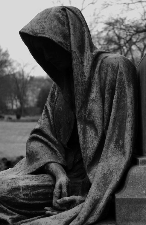 Spooky cemetery statue. I think if it moved I'd keel right over...