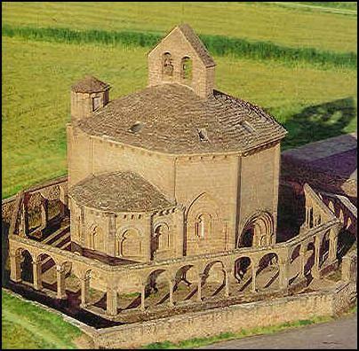 Iglesia de Santa María de Eunate ( Navarra ) IGLESIAS DE PLANTA CENTRALIZADA, circundada en su totalidad por una arquería exenta con capiteles decorados.