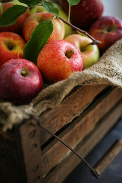 <3 apples in wooden box