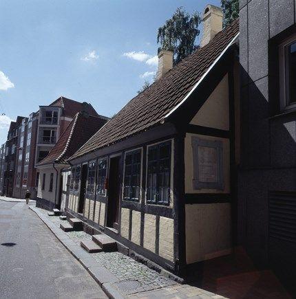 H.C. Andersen boede som dreng, i årene fra 1807 og til han rejste til København i 1819, sammen med sine forældre i Munkemøllestræde i Odense. I dag erto små stuer indrettet som museum, hvoraf blot den ene af stuerne dannede rammen om Hans Christians