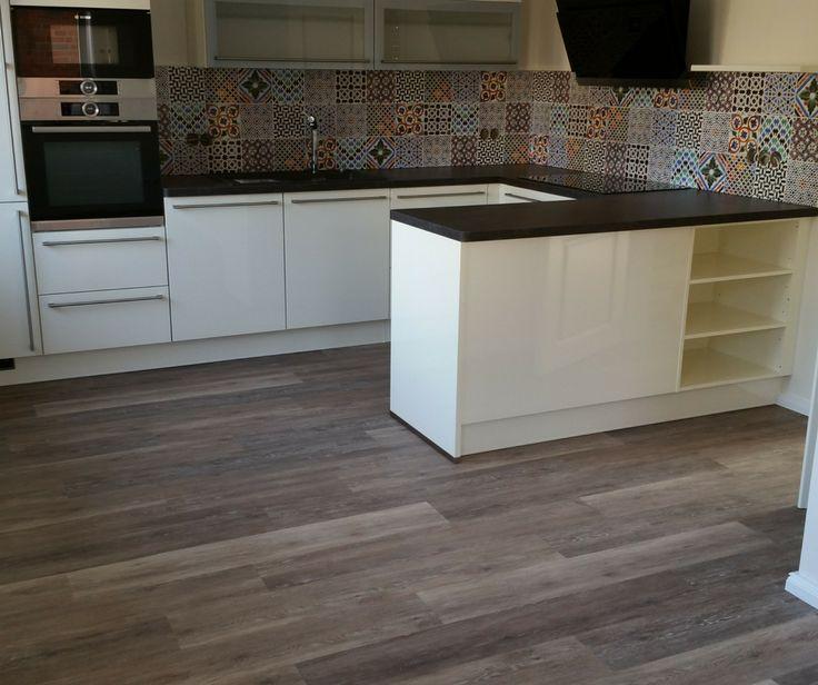 Schöner Vinyl-Designboden in der Küche, Fußboden glatt gespachtelt und geschliffen, perfekte Vorbereitungen für ein perfektes Ergebnis. Maler Tommaso aus Lippstadt bei Paderborn