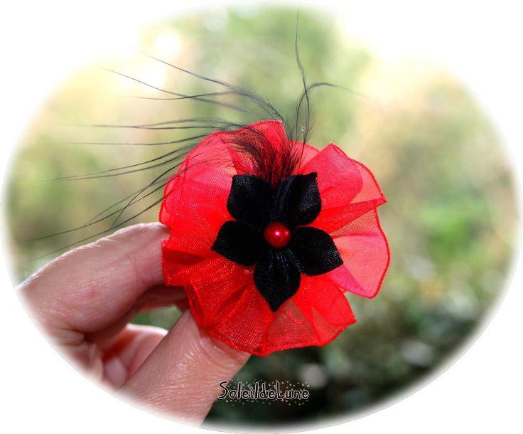 Fleur petit bibi rouge et noir Organza soie et plume noire sur pince ou broche Mariage fête soirée : Accessoires coiffure par soleildelune-bijoux-mariage