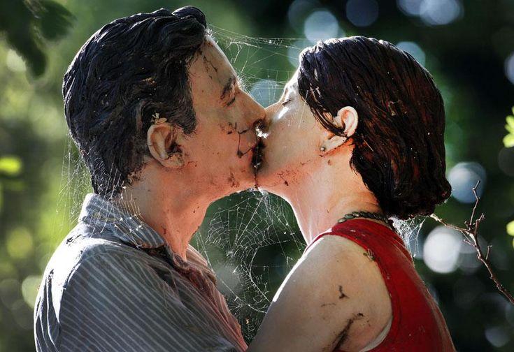 Des araignées ont tissé leurs toiles autour de cette statue de couple en train de s'embrasser exposée à Düsseldorf (Allemagne), le 9 juillet 2012. MARTIN GERTEN