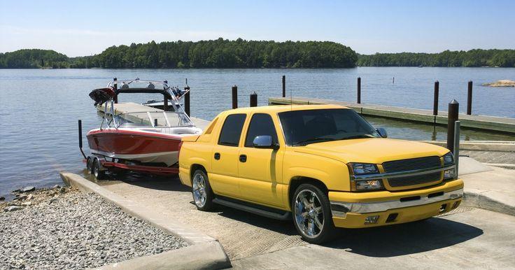 Qual tipo de carro eu preciso para rebocar um barco?. Os carros têm algumas funções: eles aceleram, desaceleram e viram, mas nem todo carro pode fazer estas coisas adequadamente enquanto puxa um barco em um reboque. Na verdade poucos carros são adequados para, segura e efetivamente, rebocar um barco. A maioria são picapes maiores e poucos carros médios são capazes de rebocar barcos pequenos.