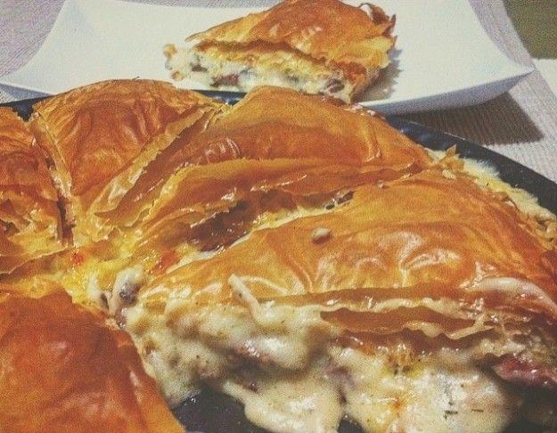 Στην Ελλάδα λατρεύουμε τις πίτες, όπως και τους συνδυασμούς για τη γέμιση τους. Στη συγκεκριμένη συνταγή θα μάθετε πως μπορείτε να φτιάξετε μια πίτα με φύλλο κρούστας και με γέμιση μοτσαρέλας και λουκάνικου χωριάτικου. Υλικά -6 φύλλα κρούστας -4 μικρά λουκάνικα χωριάτικα (ή 2 μεγάλα) κομμένα σε πολύ λεπτές φέτες -3 φρέσκα κρεμμυδάκια ψιλοκομμένα -100 …
