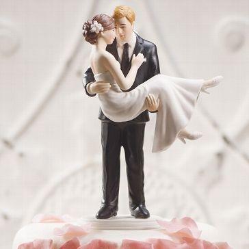 Romantische Tortenfigur für Deine Hochzeitstorte bei der die Braut von ihrem Angetrauten auf Händen getragen wird.