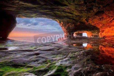 この海の洞窟の壁は、スペリオル湖に沈む夕日から鮮やかな赤を放射します。マンシング ミシガン写真岩付近の海岸線に沿って多くの興味深い岩があります。