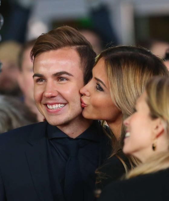 Ein Küsschen für den Final-Torschützen: Mario Götze genießt den Abend mit seiner Ann-Kathrin 10.11.14