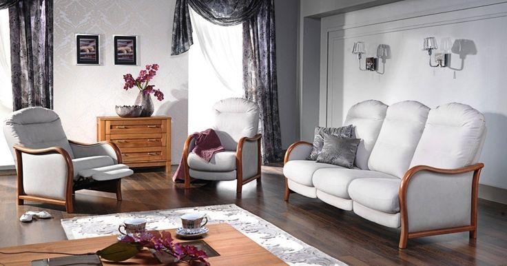 """Ekskluzywny zestaw wypoczynkowy, połączenie jasnej skóry z drewnem. Stylizowana sofa oraz fotele z dodatkowymi funkcjami """"relaks"""" tworzą zestaw wypoczynkowy dedykowany wnętrzom w stylu klasycznym."""