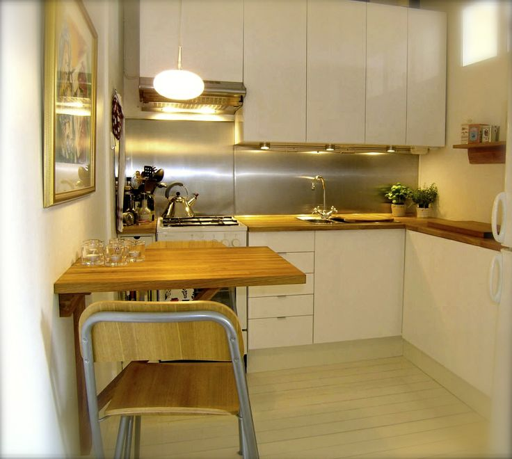 Compact living - kök från IKEA med underskåp kapade på djupet för att få plats, specialbeställd plåt som stänkskydd och extra smal spis. Maximal funktion på liten yta