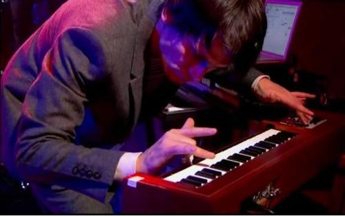 Ondes Martenot being played by Johnny Greenwood.