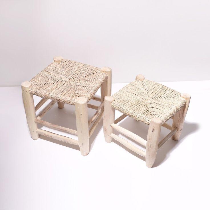 L'accessoire indispensable à votre déco ! Que ce soit pour l'intérieur ou votre jardin, pour décorer ou pour s'asseoir, ils savent être utiles et discrets à la fois tout en étant très confortables...les enfants l'adorent ! Entièrement fait à la main en bois de citronnier avec assise en paille naturelle tressée. Chaque modèle est unique.  Dimensions:  Petit : assise 22 x 22 cm / hauteur 22 cm Moyen : assise 27 x 27 cm / hauteur 29 cm  *Ce produit est artisanal, les ...