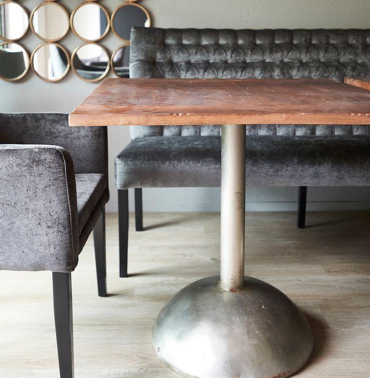 ROFRA Home - De Mango eettafel van met een lengte van 85 cm en breedte van 85 cm heeft een industriële basis. De tafelpoot heeft een prachtige vorm en daarop rust het tafelblad. Het robuuste en stoere uiterlijk zorgt ervoor dat de eettafel perfect past in een modern interieur of in ruimtes met een industriële woonstijl. Indien gewenst kan deze tafel ook in andere afmetingen worden geleverd en zo op maat worden gemaakt.