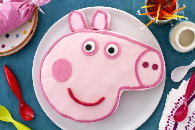 La torta di Peppa Pig è un idea originale come torta di compleanno per i bambini con pan di spagna, crema pasticcera e pasta di zucchero colorata.