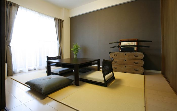 置き畳にお座布団と座椅子。箪笥もやっぱりロースタイル。