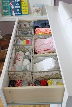 Benutze SKUBB-Boxen, um die Baby-Kleidung fürs Kinderzimmer zu organisieren.