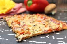 Happy Carb Pizza - eine knusprige Low Carb Pizza aus leckerem Mozzarella-Teig mit blanchierten Mandeln und Goldleinsamen.